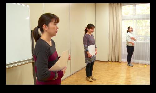 1.回答の描かれたフリップボードを持った3人のスタッフが別れて立ちます。