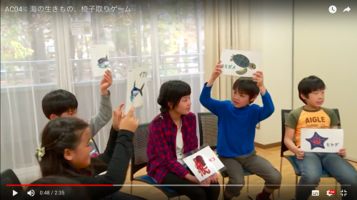 2.指導者は中央に立ち、生物の「特徴」を一ついいます(例:脚があります)。該当する人はカードを掲げます。