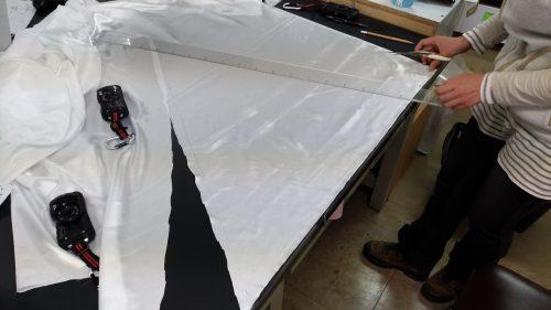 1.目の細かい布地を選び、つくった設計図に合わせて裁断します。