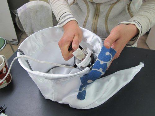 2.すそ上げテープをアイロンで熱して接着させ、布地をはぎ合せます。